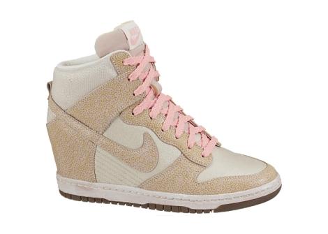 Sneaker de Nike tipo Vintage en crema nacarado, marrón y rosa palo por 130 euros