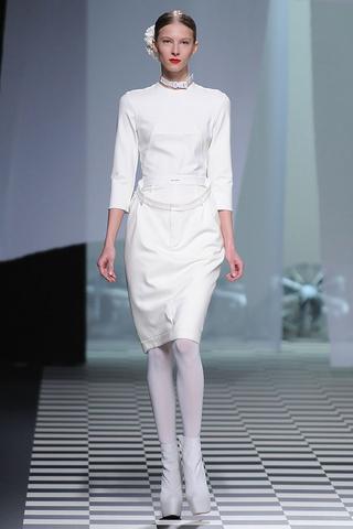 Vestido de David Delfín en blanco con collar tipo correa