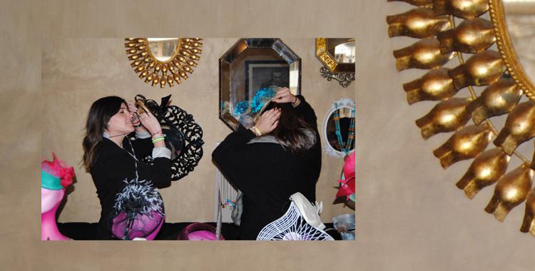 Marta y Vanesa de Abaloop probándose uno de sus tocados