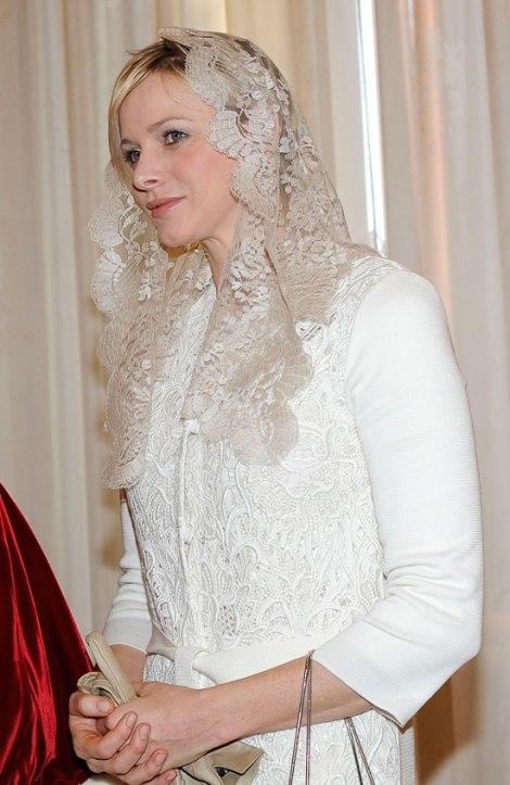Imagen de semana.es en la que podemos ver la mantilla en color tostado de la princesa Charlene