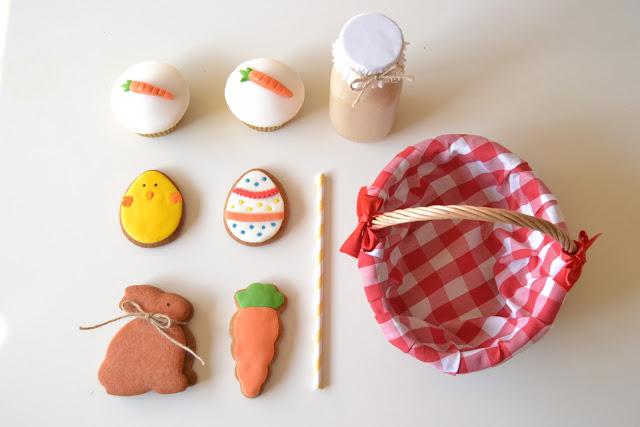 Galletas y detalles que contiene la cesta creada por La Chica de la Casa de Caramelo