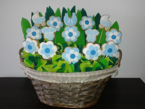También propuesta de Endulzhadas con una cesta de cookies en azul para un bautizo