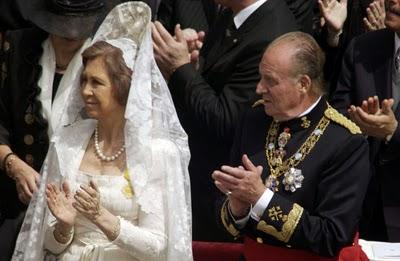 En esta imagen del extraconfidencial.com podemos ver con detalle la elección de la reina doña Sofíapara el acto de entronización de Benedicto XVI, actual Papa Emérito