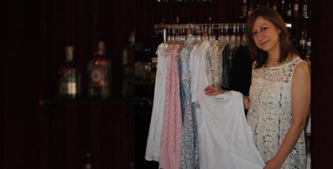 Ethic Rose con uno de sus diseños en el showroom