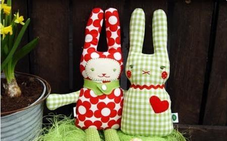 Conejos de pascua de peluche
