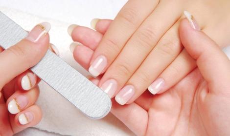 Con una manicura francesa en tu beauty party estarás preparada para lucir unas manos impecables
