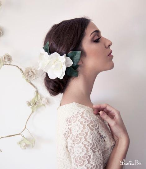 Flor en el pelo para una novia muy flamenca