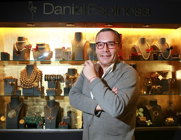 Daniel Espinosa posa junto a alguna de sus creaciones