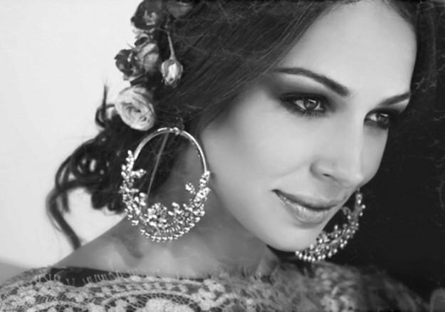 Foto detalle de Eva González con  pendientes de flamenca