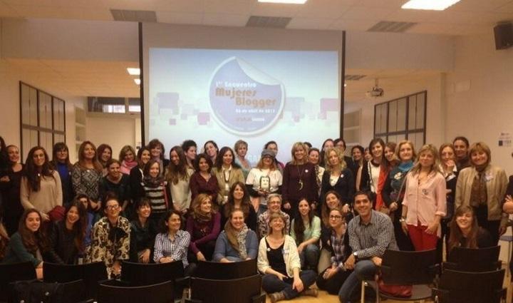 Foto de familia en el encuentro de mujeres bloggers