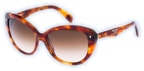 Gafas de sol de Prada para protegerla de los rayos solares