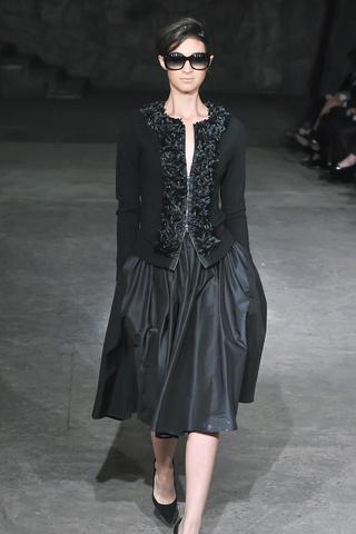 Vestido clásico en negro de Rolando Santana