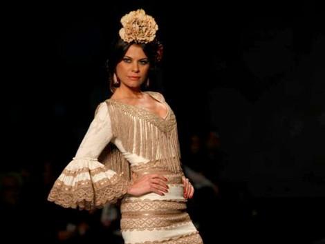 Flecos y encajes no pueden faltar en un vestido flamenco