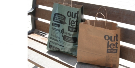Detalle de las bolsas de las compras realizadas en el outlet que el grupo Inditex tiene en la zona