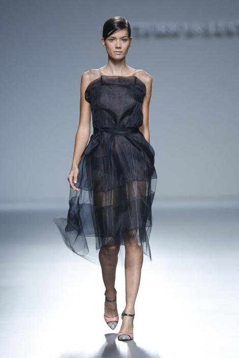 La seda y la exquisitez con la que está confeccionado el vestido, hacen de esta propuesta en negro uno de los vestidos más elegantes de toda la colección