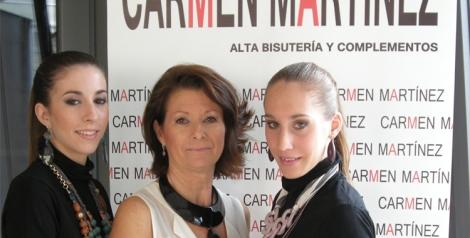 Carmen Martínez con dos  de las modelos que la acompañaron en el congreso y el showroom