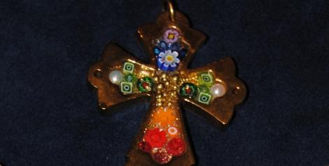 Cruz dorada de la Cucut