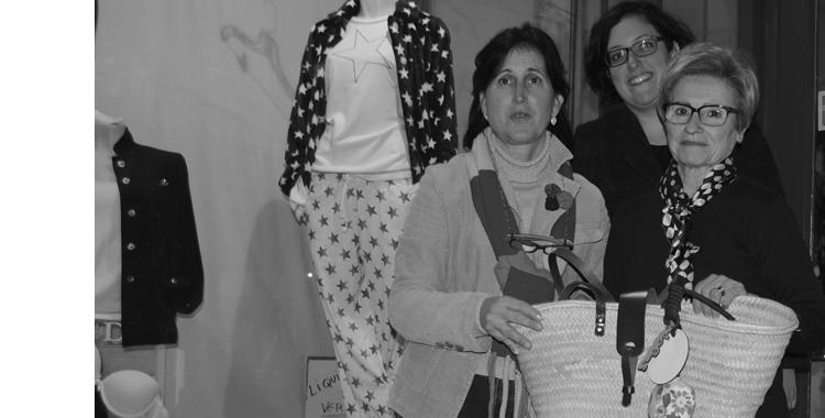 Rosa Ballester recoge de la mano de Lola Miquel y Paloma Silla (responsable de Destáca-te y capazos sigopa) el premio del sorteo en el que resultó ganadora