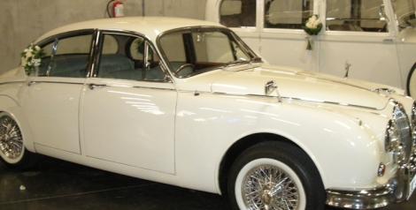 Jaguar blanco en la exposición de Fiesta y Boda disponible en alquiler de vehículos para ceremonias