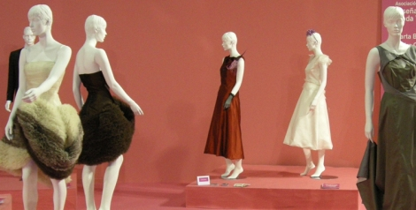 Detalle de la exposición de moda de fiesta y novia dentro de Fiesta y Boda