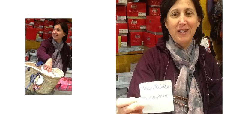 Lola Miquel saca del capazo la papeleta que resulta ganadora del sorteo