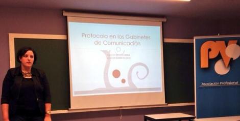 Inicio de la charla de protocolo en los gabinetes de Comunicación en el Palacio de Colomina -UCH CEU