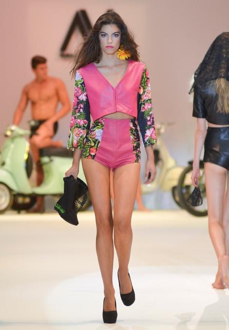 Una de las modelos con ropa de Virtudes Langa