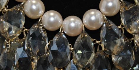 Detalle lágrimas y perlas del collar de Teria Yabar que encontrarás en Diamante Negro