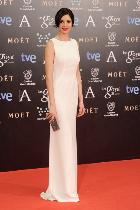 Dafne Fernández encarna dos de las elecciones más vistas sobre la alfombra roja de los premios Goya: el escote pronunciado en la espalda y el color blanco