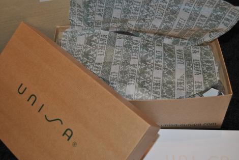 Detalle caja de zapatos Unisa