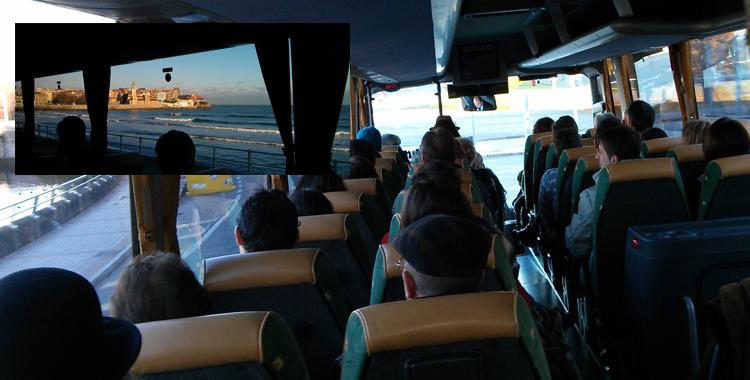 Detalle del autobús y de la playa de Gijón en visita turística durante el Congreso