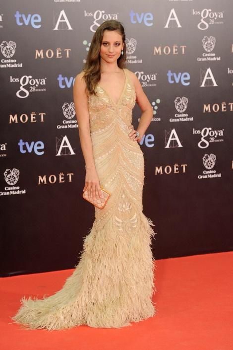 Michelle Jenner acude con vestido de Naem Kan con plumas y pedrería. Oro y beige que vistieron a más de una actriz sobre la alfombra roja