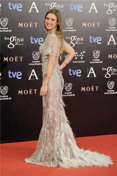 Manuela Vellés de plata con un vestido de Alfredo Villalba en los Goya 2014. Imagen de Mujer Hoy