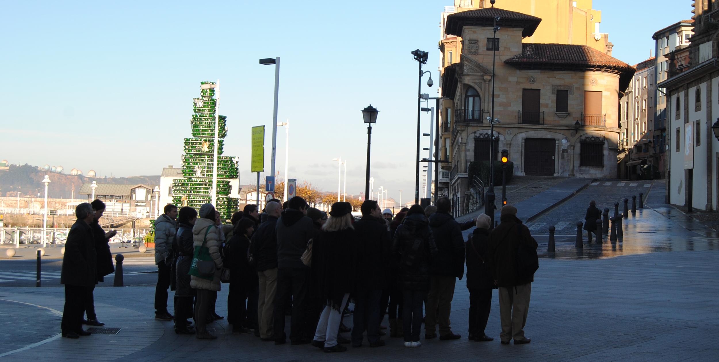 El grupo visitando el centro de Gijón