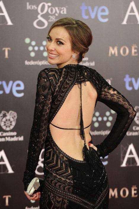 Imagen de www.harpersbazaar.es. Kira Miró con un total black y un impresionante escote en la espalda