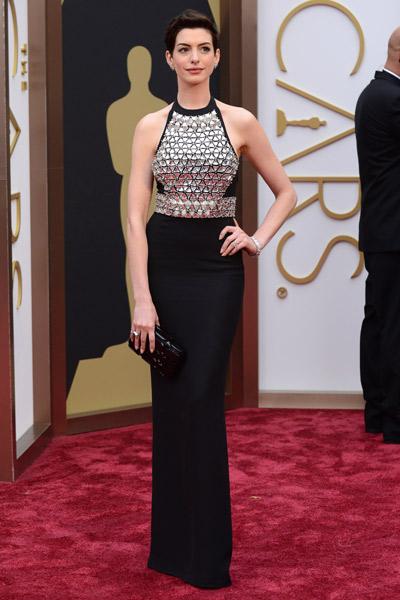Anne Hathaway repitió corte de vestido y escote en un Gucci negro con detalles metálicos. Foto Telva
