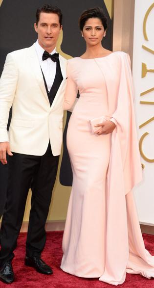 Camila en color nude y Mathew, que se hizo con la estatuilla a mejor actor con chaqueta blanca
