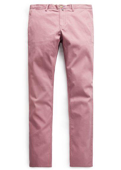 Chino de color rosa. Apostar por pantalones de línea clásica con colores atrevidos puede ser un acierto