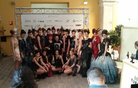 Foto de familia de las modelos, Bibian Blue y todo el equipo del desfile