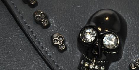 Detalle de las calaveras del maxi bolso sobre de Diamante Negro
