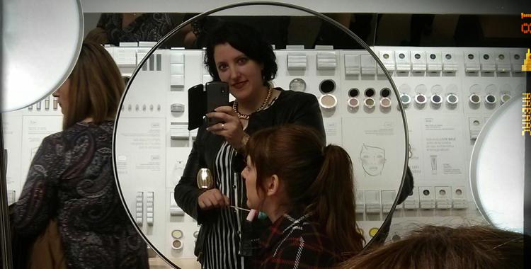 El reflejo en una foto mientras maquillan a MissPersonalChopped en la fiesta de Etnia Cosmetics presentación de la colección primavera verano 2014