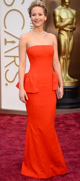 Jennifer Lawrence de Dior y rojo con un vestido con peplum en los laterales. Imagen de Telva