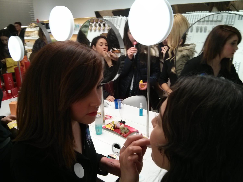 Sesiones de maquillaje durante la fiesta de Etnia Cosmetics
