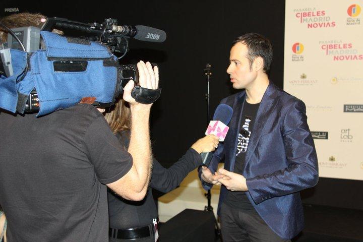 Miquel Suay atendiendo a los medios de comunicación en una de sus entrevistas