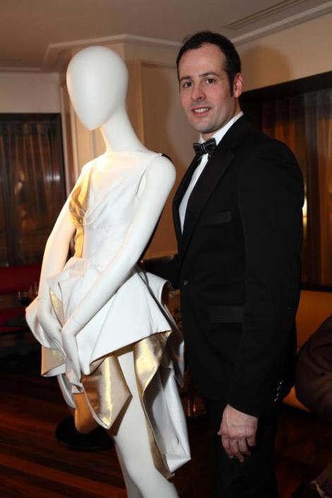 Miquel Suay con uno de sus diseños