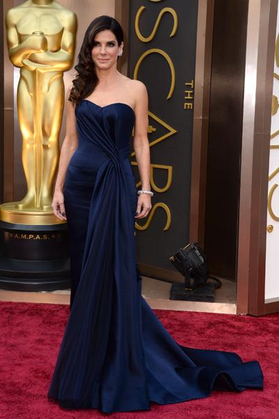 Sandra Bullock de Alexander McQuenn con un espectacular escote en corazón y corte sirena