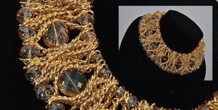 Este maxi collar de Diamante Negro en toques dorados es perfecto para este look y además podremos combinarlo con muchas de nuestras prendas, utilizándolo de comodín para muchos looks