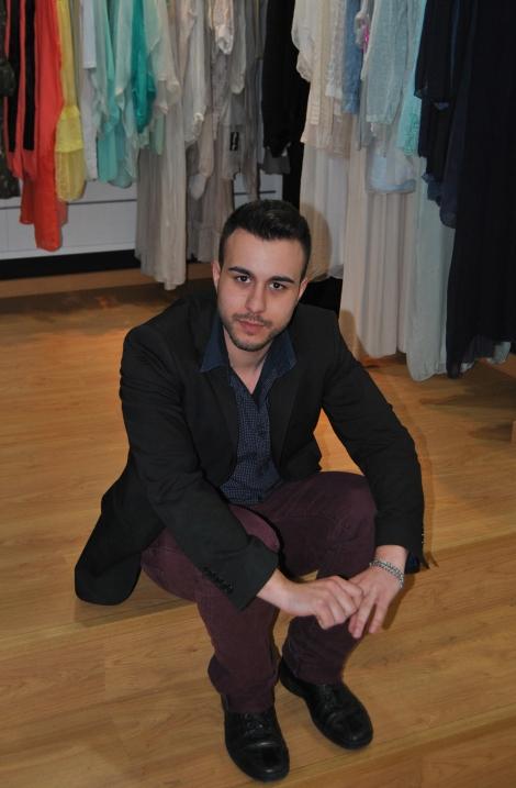 Gabriel Gómez durante la sesión fotográfica para la entrevista de Destáca-te