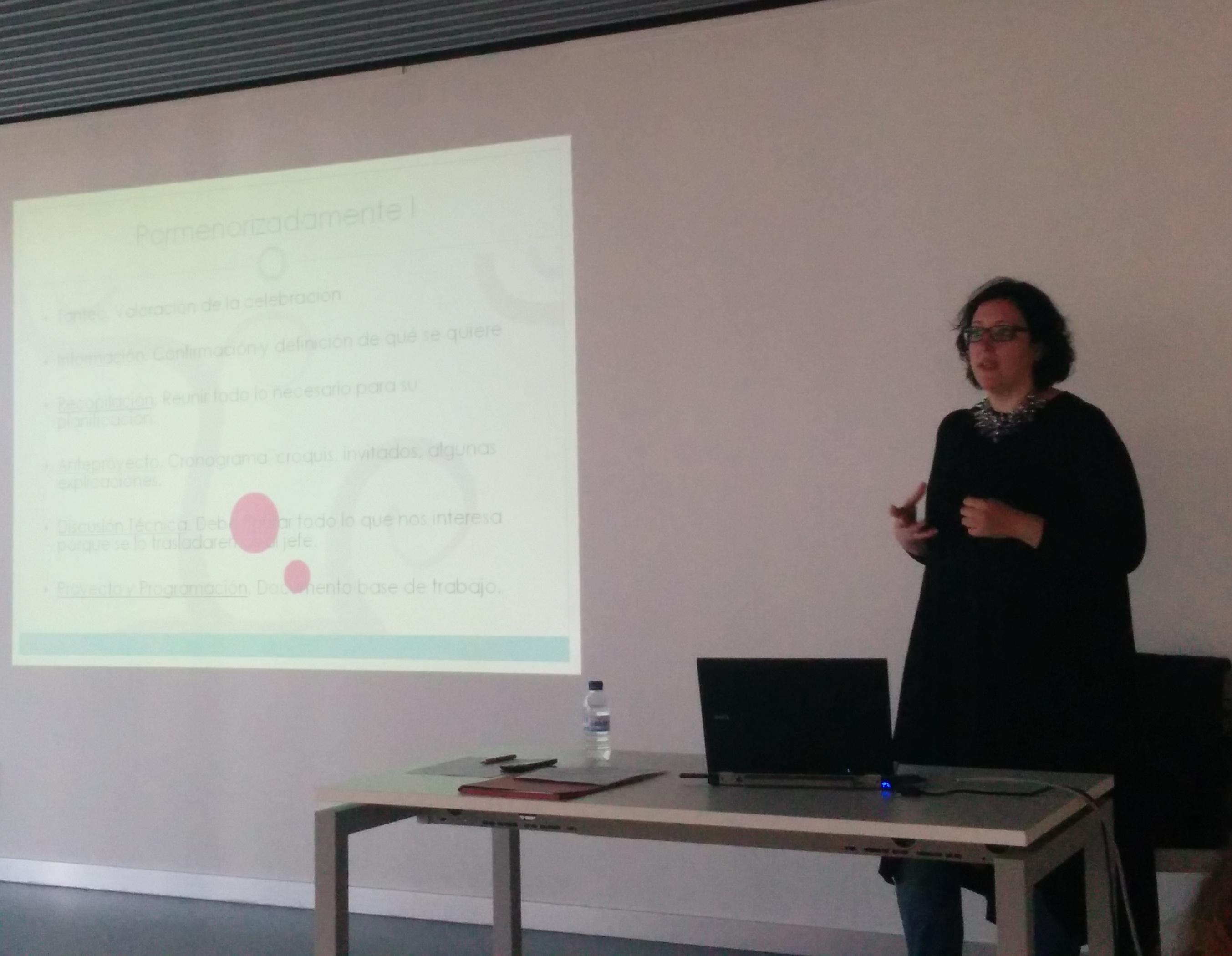 Explicando a los alumnos la importancia del protocolo en las empresas y en las instituciones públicas