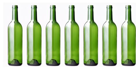 Botellas de vidrio original y respetuosa forma de decorar una boda